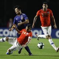 サッカー南米選手権【日本-チリ】前半、チリの選手と競り合う日本の上田=ブラジル・サンパウロで2019年6月17日、AP