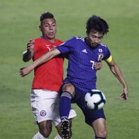 サッカー南米選手権【日本-チリ】前半、チリのバルガスとボールを競り合う日本の柴崎=ブラジル・サンパウロで2019年6月17日、AP