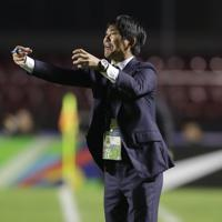 サッカー南米選手権【日本-チリ】前半、選手たちに指示を出す日本の森保一監督=ブラジル・サンパウロで2019年6月17日、AP