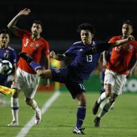 サッカー南米選手権【日本-チリ】前半、攻め込む日本の上田=ブラジル・サンパウロで2019年6月17日、AP