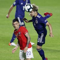 サッカー南米選手権【日本-チリ】前半、日本の中山がクリア=ブラジル・サンパウロで2019年6月17日、AP