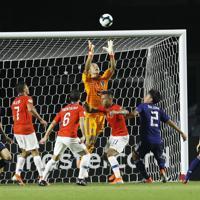 サッカー南米選手権【日本-チリ】前半、日本のGK大迫のセーブ=ブラジル・サンパウロで2019年6月17日、AP