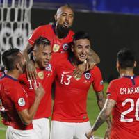 サッカー南米選手権【日本-チリ】前半、CKからヘディングで先制ゴールを決め喜ぶプルガル(13) 、ビダル(8)らチリの選手=ブラジル・サンパウロで2019年6月17日、AP