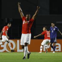 サッカー南米選手権【日本-チリ】前半、CKからヘディングで先制ゴールを決め喜ぶプルガル(左奥)=ブラジル・サンパウロで2019年6月17日、AP=ブラジル・サンパウロで2019年6月17日、AP