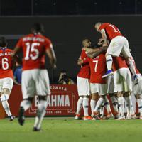 サッカー南米選手権【日本-チリ】前半、先制ゴールを喜ぶチリの選手たち=ブラジル・サンパウロで2019年6月17日、AP