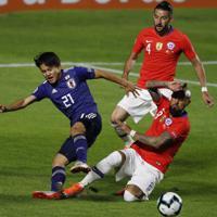 サッカー南米選手権【日本-チリ】前半、チリのビダルと競り合う日本の久保=ブラジル・サンパウロで2019年6月17日、AP