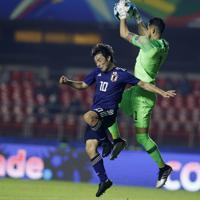 サッカー南米選手権【日本-チリ】前半、日本の中島が攻め込むがGKアリアスがセーブ=ブラジル・サンパウロで2019年6月17日、AP