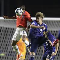 サッカー南米選手権【日本-チリ】後半、日本の中山と競り合うチリのバルガス=ブラジル・サンパウロで2019年6月17日、AP