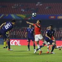 サッカー南米選手権【日本-チリ】後半、ゴールを狙う日本の冨安=ブラジル・サンパウロで2019年6月17日、AP