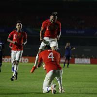 サッカー南米選手権【日本-チリ】後半、バルガスが2点目のゴール。喜ぶチリの選手たち=ブラジル・サンパウロで2019年6月17日、AP