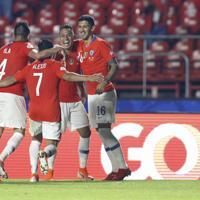 サッカー南米選手権【日本-チリ】後半、バルガスが4点目のゴールを決め、喜ぶチリの選手たち=ブラジル・サンパウロで2019年6月17日、AP