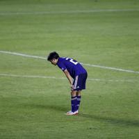 サッカー南米選手権【日本-チリ】チリに完敗し、ヒザに手を突く日本の久保=ブラジル・サンパウロで2019年6月17日、AP