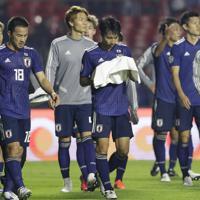 サッカー南米選手権【日本-チリ】チリに完敗し、力なく引き上げる日本の選手たち。中央は柴崎=ブラジル・サンパウロで2019年6月17日、AP