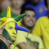 試合開始を待つブラジルのサポーター=AP