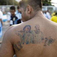 マラドーナとメッシが肩を組んだタトゥーをしたアルゼンチンのサポーター=AP