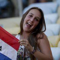 パラグアイの旗を見せるサポーター=AP