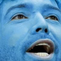 顔を青くペイントしたウルグアイのサポーター=AP