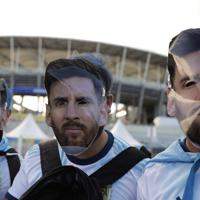 メッシの仮面をつけたアルゼンチンサポーター=AP