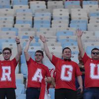 試合開始を待つパラグアイのサポーター=AP