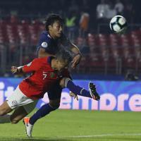 サッカー南米選手権【日本-チリ】後半、チリのアレクシス・サンチェスが3点目のゴールを頭で決める=ブラジル・サンパウロで2019年6月17日、AP
