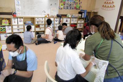 会議室を改装した仮移転場所で活動する子どもたち。狭いため、遊具も半減させた=大阪府茨木市の放課後等デイサービス事業所Plusで2019年6月3日午後4時43分、山本真也撮影(画像の一部を処理しています)