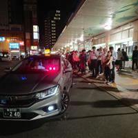地震発生を受け、タクシーに長蛇の列ができた=新潟市中央区のJR新潟駅前で2019年6月18日午後11時13分、井口彩撮影