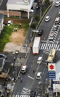 A car which hit pedestrians on a sidewalk is seen in a vacant lot, upper left, from a Mainichi Shimbun helicopter in the Tokyo suburban city of Machida on June 17, 2019. (Mainichi/Tatsuro Tamaki)