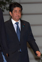 Prime Minister Shinzo Abe enters his office in Tokyo's Chiyoda Ward following a powerful quake that hit northern Japan including Niigata Prefecture, late on June 18, 2019. (Mainichi/Kimi Takeuchi)
