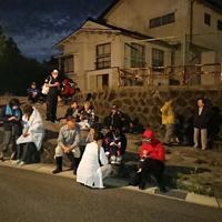 高台に避難した住民たち=山形県遊佐町吹浦で2019年6月18日午後11時43分、高橋不二彦撮影