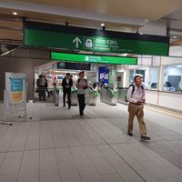 地震の影響で約2時間半停車していた新幹線から、疲れ切った表情で降りてくる乗客=新潟市中央区のJR新潟駅で2019年6月19日午前0時43分、井口彩撮影