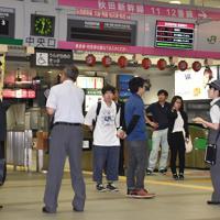 列車が運行を見合わせ駅員の説明を聞く人たち=秋田市のJR秋田駅で2019年6月18日午後11時32分、下河辺果歩撮影