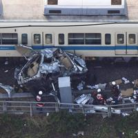 小田急線の電車と衝突し大破した乗用車=神奈川県厚木市で2019年6月19日午後4時19分、本社ヘリから手塚耕一郎撮影