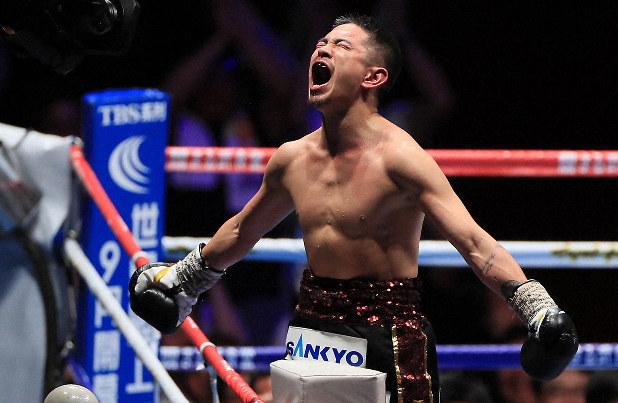 井岡ついに偉業達成 2年2カ月ぶりの日本のリング、十回一気にフィニッシュ - 毎日新聞