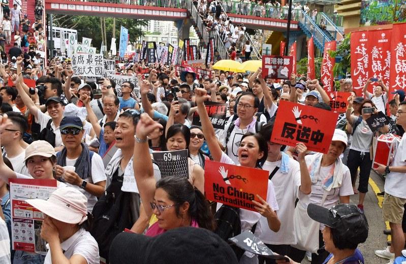 逃亡犯条例改正への反対を叫びながらデモをする市民ら=香港中心部で2019年6月9日、福岡静哉撮影