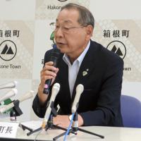 噴火警戒レベル引き上げ1カ月で記者会見する山口町長=神奈川県箱根町で
