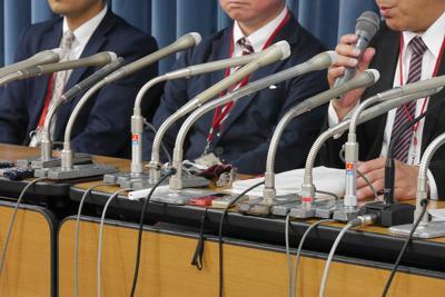 記者会見で座長試案について不満を語るいじめ自殺の遺族ら=東京都千代田区で4月19日、水戸健一撮影