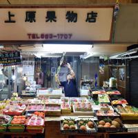果物店を営む上原信吉さんは、現市場最後の朝もいつもと変わらず早くから開店準備を進めた。「台湾のお客さんが多いから、行ったこともないのに台湾の言葉を覚えたさ。リンゴがよう売れたもんだから、1番に覚えたのがリンゴだったよ」=那覇市で2019年6月16日、森園道子撮影
