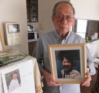 Masuhiro Ogawa is seen at home in Kawasaki, Kanagawa Prefecture, on June 14, 2019, with a picture of his wife, Kazuko Ogawa, who he has been searching for since she went missing over a year ago. (Mainichi/Yuji Semba)
