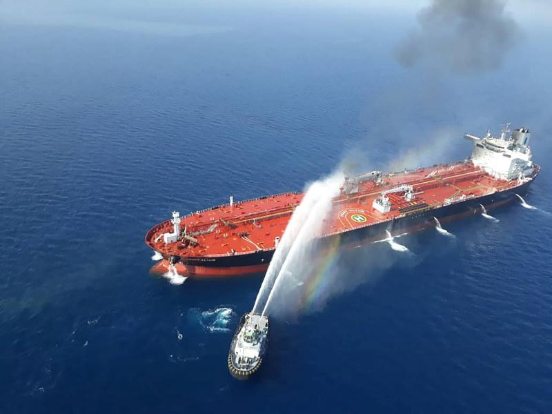 攻撃されたタンカー。「犯人捜し」にはさまざまな思惑が交錯する(Reuters)