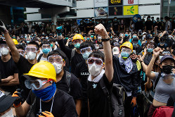 香港のデモも影響しているとの見方も(Bloomberg)