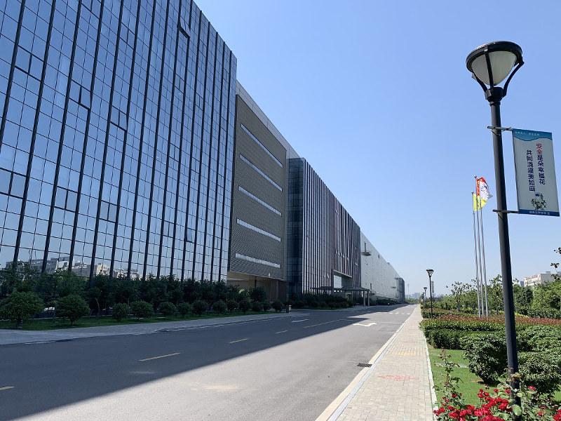 BOEの10.5世代工場「B9」。建屋の全長は約1キロメートルにも及ぶ(筆者撮影)