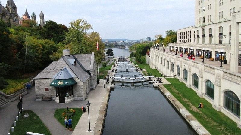 オタワ市街地を南北に貫くリドー運河(写真は筆者撮影)