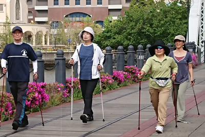ポールウオーキングを楽しむ人たち。運動習慣は認知症予防にもよいとされる=横浜市で、大和田香織撮影