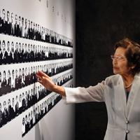 南風原の沖縄陸軍病院に動員された240人の写真に語りかける証言員の島袋淑子さん。このうち136人が戦火に散った=沖縄県糸満市で2019年6月19日午前11時41分、森園道子撮影