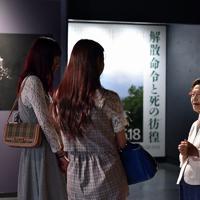 展示室で自らの体験を語る証言員の島袋淑子さん(右)=沖縄県糸満市で2019年6月19日午後1時19分、森園道子撮影