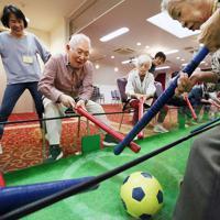 棒サッカーを楽しむ人たち=大阪府豊中市で、梅田麻衣子撮影