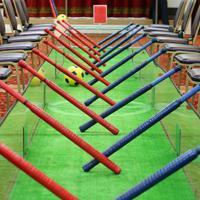 ずらりと並ぶ棒。両側に11人ずつ並び、ゴールへボールを寄せていく=大阪府豊中市で、梅田麻衣子撮影