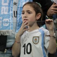 サッカー南米選手権【日本-ウルグアイ】試合開始前、グラウンドを見るウルグアイファンの少女=ブラジル・ポルトアレグレで2019年6月20日、AP