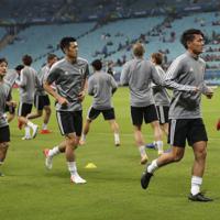 サッカー南米選手権【日本-ウルグアイ】試合前のウオーミングアップをする日本の選手たち=ブラジル・ポルトアレグレで2019年6月20日、AP