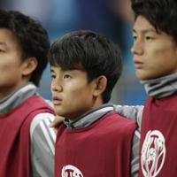 サッカー南米選手権【日本-ウルグアイ】ベンチスタートとなった日本の久保(中央)=ブラジル・ポルトアレグレで2019年6月20日、AP
